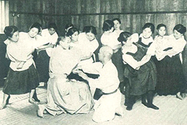 Female trainees learning from Kano Shihan (early Taisho period)