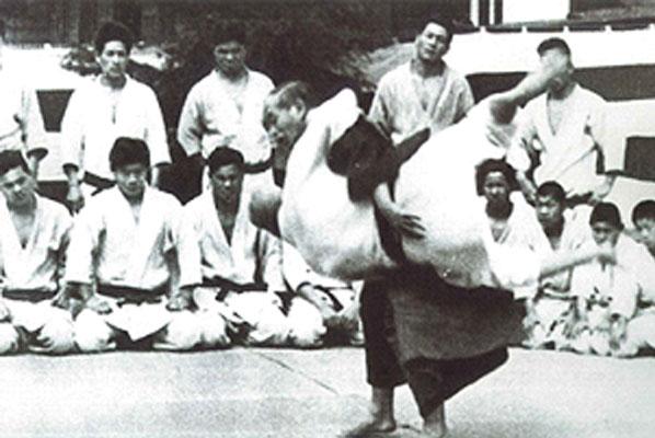Kano Shihan throwing Yoshitsugu YAMASHITA with Uki-goshi